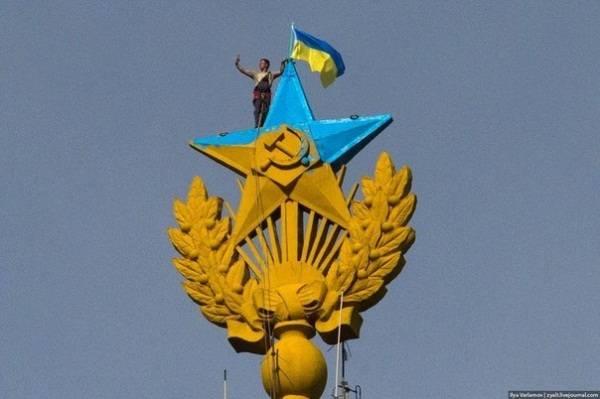 Zhelto-golubaya-zvezda-i-flag-Ukrainy-na-stalinskoy-vysotke_ foto-Ilya-Varlamov
